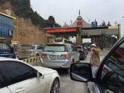 Tin tức trong ngày - Dân đỗ xe chặn trạm thu phí gây ách tắc QL 6