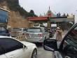 Dân đỗ xe chặn trạm thu phí gây ách tắc QL 6