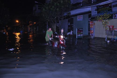 """""""Lũ"""" tràn về bất ngờ ở Sài Gòn, dân trở tay không kịp - 1"""