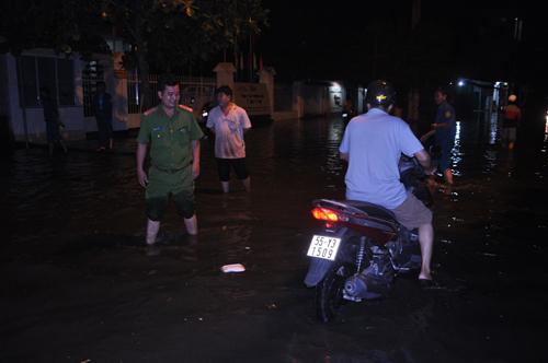 """""""Lũ"""" tràn về bất ngờ ở Sài Gòn, dân trở tay không kịp - 7"""