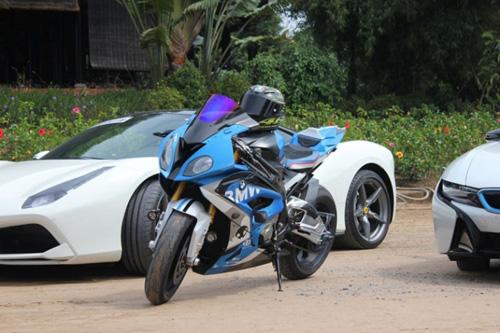 Siêu mô tô BMW đọ dáng bên 3 siêu xe ôtô tiền tỷ - 2