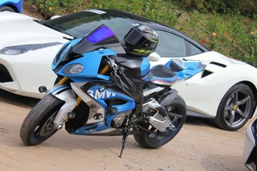 Siêu mô tô BMW đọ dáng bên 3 siêu xe ôtô tiền tỷ - 5