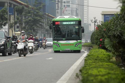 Ô tô xếp hàng, xe máy leo vỉa hè nhường đường xe buýt nhanh - 2