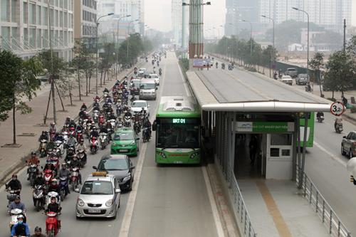 Ô tô xếp hàng, xe máy leo vỉa hè nhường đường xe buýt nhanh - 1
