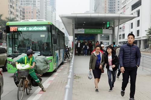 Ô tô xếp hàng, xe máy leo vỉa hè nhường đường xe buýt nhanh - 5