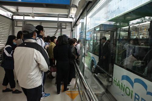 Ô tô xếp hàng, xe máy leo vỉa hè nhường đường xe buýt nhanh - 9