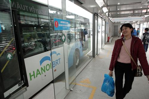 Ô tô xếp hàng, xe máy leo vỉa hè nhường đường xe buýt nhanh - 13