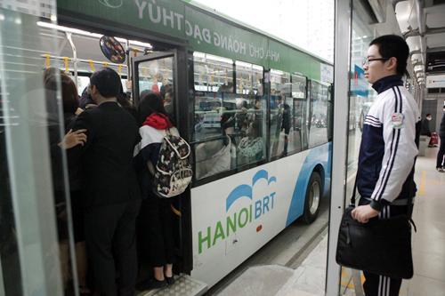 Ô tô xếp hàng, xe máy leo vỉa hè nhường đường xe buýt nhanh - 11