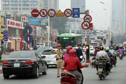 Ô tô xếp hàng, xe máy leo vỉa hè nhường đường xe buýt nhanh - 17