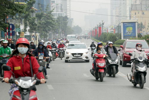 Ô tô xếp hàng, xe máy leo vỉa hè nhường đường xe buýt nhanh - 16
