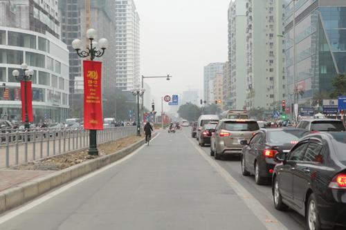 Ô tô xếp hàng, xe máy leo vỉa hè nhường đường xe buýt nhanh - 15