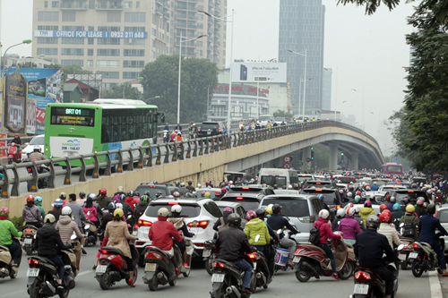 Ô tô xếp hàng, xe máy leo vỉa hè nhường đường xe buýt nhanh - 18