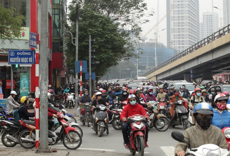 Ô tô xếp hàng, xe máy leo vỉa hè nhường đường xe buýt nhanh - 3
