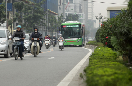Ô tô xếp hàng, xe máy leo vỉa hè nhường đường xe buýt nhanh - 4