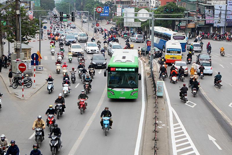 Buýt thường lấn làn buýt nhanh, tài xế bị CSGT nhắc nhở - 1