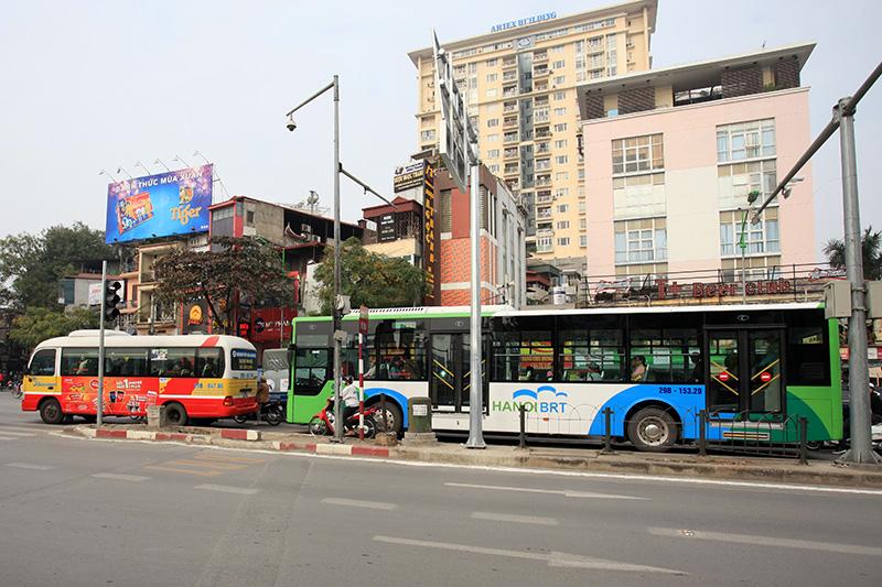 Buýt thường lấn làn buýt nhanh, tài xế bị CSGT nhắc nhở - 2