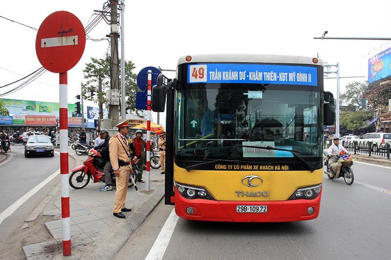 Buýt thường lấn làn buýt nhanh, tài xế bị CSGT nhắc nhở - 4