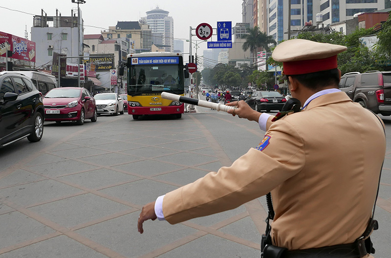 Buýt thường lấn làn buýt nhanh, tài xế bị CSGT nhắc nhở - 3