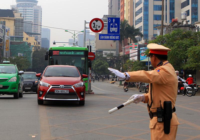 Buýt thường lấn làn buýt nhanh, tài xế bị CSGT nhắc nhở - 5