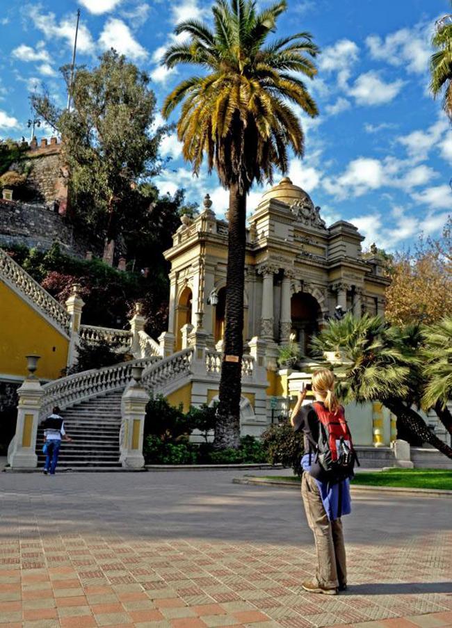Chile (tháng 1): Bạn có thể dành ra 48 tiếng ở Santiago ngắm nhìn những đại lộ sầm uất, những tòa nhà kiến trúc Tây Ban Nha cổ, bảo tàng hay những dãy núi xanh ngát ven biển. Sau đó di chuyển về miền Nam, ngắm nhìn vẻ đẹp của những hồ nước lấp lánh và dãy núi hùng vĩ nổi tiếng ở Chile. Chuyến đi hấp dẫn nhất bắt đầu từ Puerto Montt, sẽ đưa bạn qua dãy núi Andes. Du khách được trải nghiệm di chuyển bằng đủ các loại phương tiện từ tàu thuyền, xe bus và xe tải hết sức thú vị.