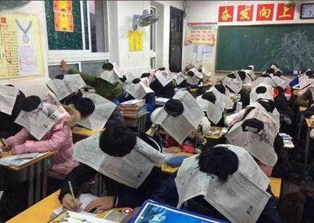 Giáo viên bắt học sinh đội báo khi thi để chống gian lận - 1