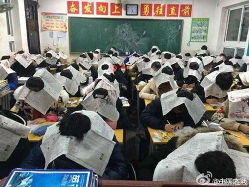 Giáo viên bắt học sinh đội báo khi thi để chống gian lận - 2