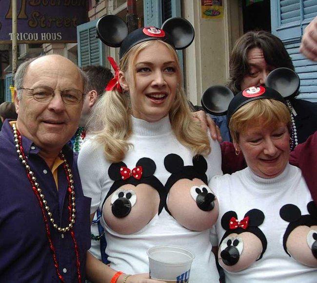 """Gia đình  """" chuột Mickey """"  đi dạo."""