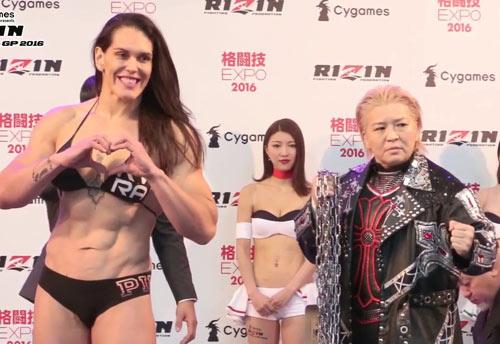 """MMA: Nhờn với """"dị nữ"""", lão bà U60 bị đấm méo mặt - 1"""