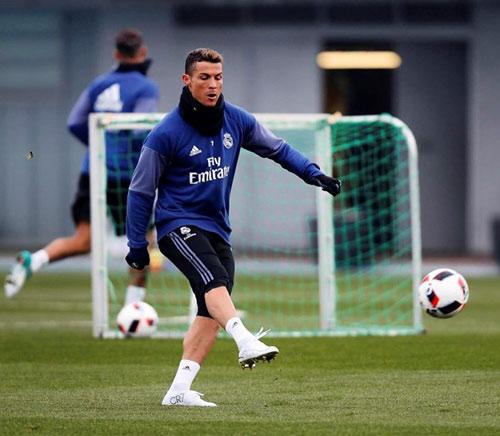 Tin HOT bóng đá tối 3/1: Ronaldo tập luyện khoe siêu giày - 1