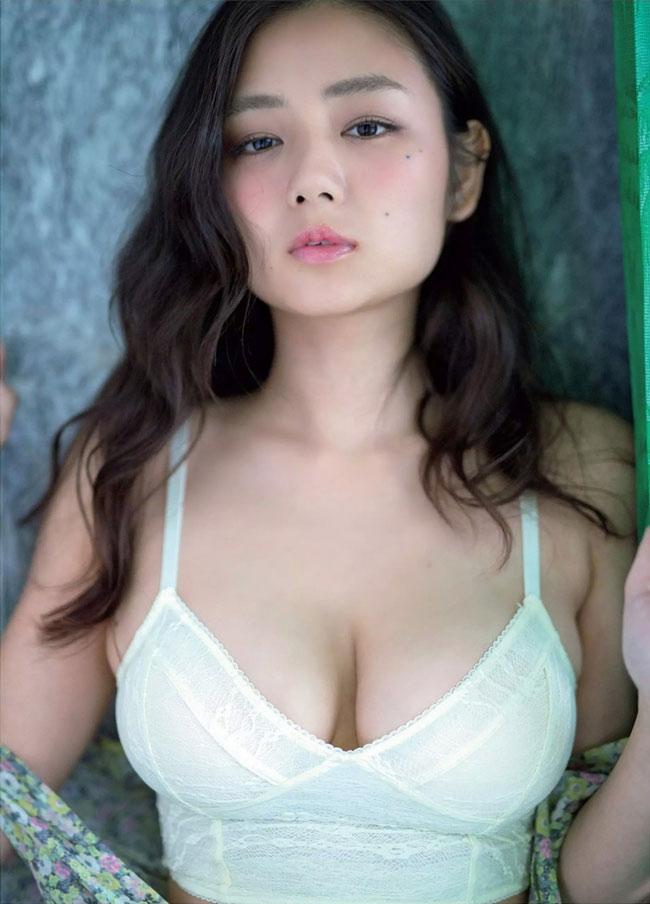 Moemi Katayama là mỹ nữ có vòng 1 đẹp nhất Nhật Bản.
