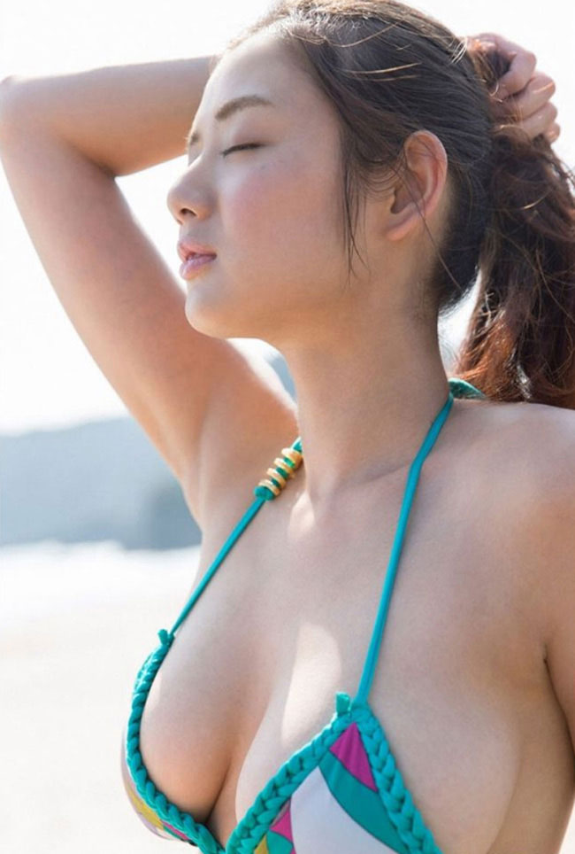 Moemi Katayama có vẻ đẹp ngọt ngào mà gợi cảm.