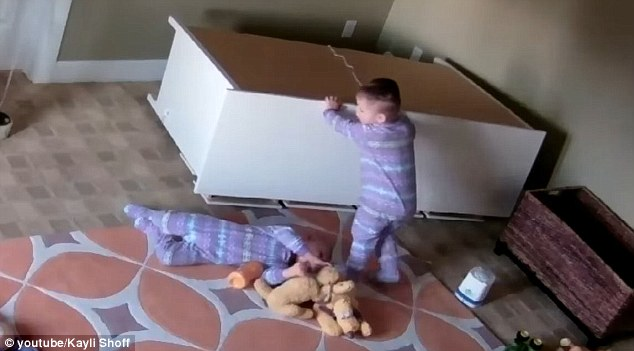 Mỹ: Em sinh đôi bị tủ đè, bé trai 2 tuổi ra tay giải cứu - 2