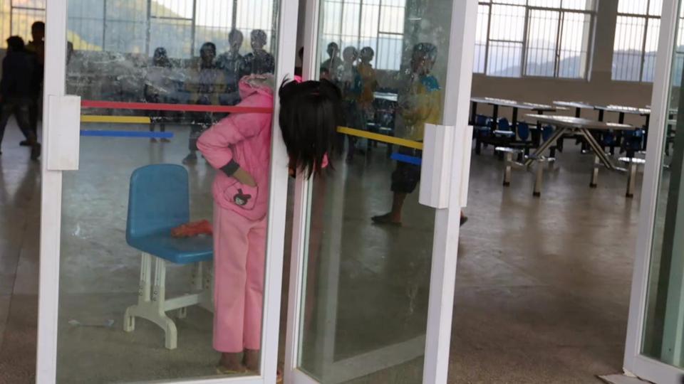 Bé gái TQ kẹt cứng đầu trong khe hẹp giữa 2 cửa kính - 1