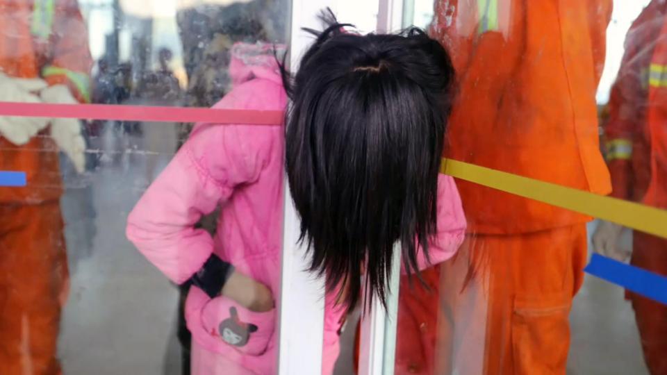 Bé gái TQ kẹt cứng đầu trong khe hẹp giữa 2 cửa kính - 2