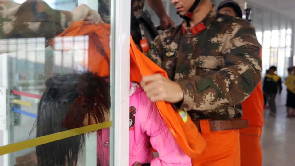 Bé gái TQ kẹt cứng đầu trong khe hẹp giữa 2 cửa kính - 3
