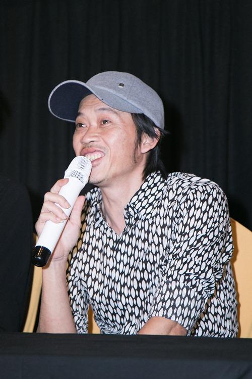 Hoài Linh đi xe máy, mang dép lê ra mắt phim hành động - 3