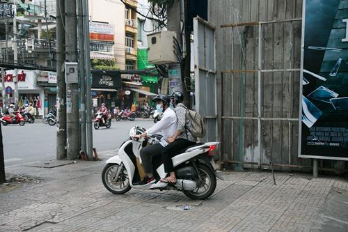 Hoài Linh đi xe máy, mang dép lê ra mắt phim hành động - 1
