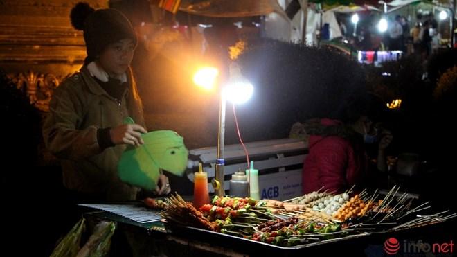 Độc đáo viết chữ lên hạt gạo ở chợ đêm Đà Lạt - 10