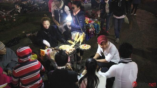 Độc đáo viết chữ lên hạt gạo ở chợ đêm Đà Lạt - 12