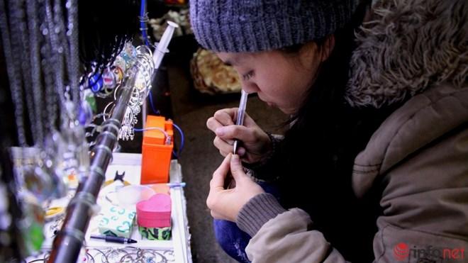 Độc đáo viết chữ lên hạt gạo ở chợ đêm Đà Lạt - 4