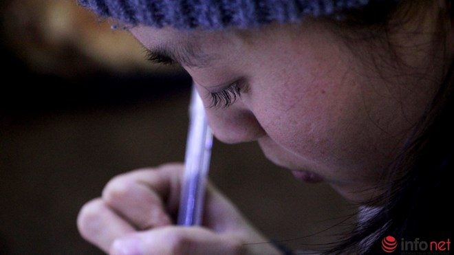 Độc đáo viết chữ lên hạt gạo ở chợ đêm Đà Lạt - 5