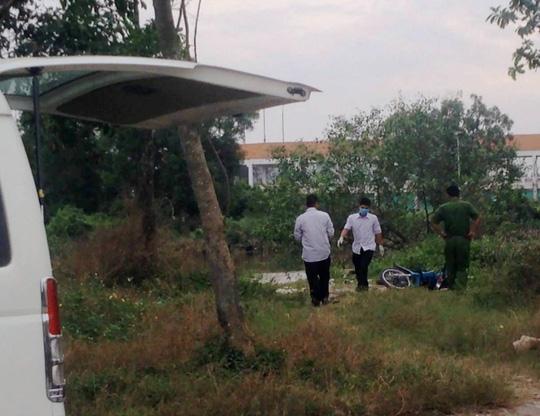 Hai thanh niên nằm bất động trong bãi đất trống - 1