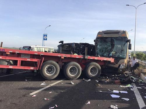 Tông xe liên hoàn trên cao tốc Long Thành, ít nhất 1 người chết - 2