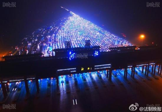 Video: Tắc đường 35 làn kinh hoàng ở Bắc Kinh sau nghỉ lễ - 4