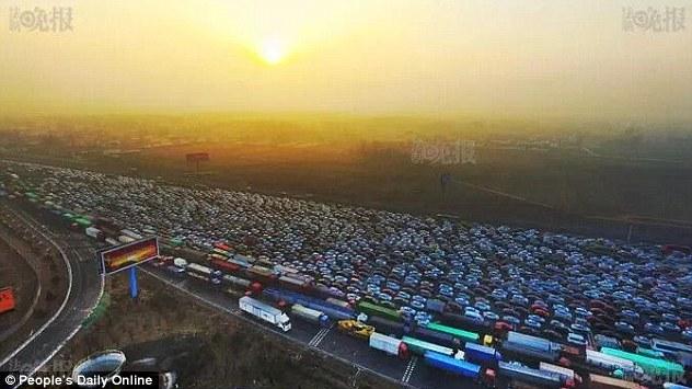Video: Tắc đường 35 làn kinh hoàng ở Bắc Kinh sau nghỉ lễ - 1