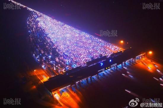 Video: Tắc đường 35 làn kinh hoàng ở Bắc Kinh sau nghỉ lễ - 5