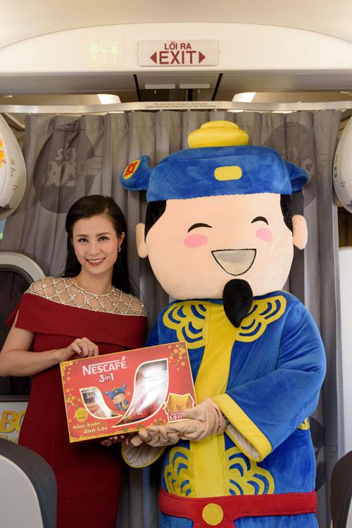 Đông Nhi tặng quà Tết siêu độc đáo trên chuyến bay đầu năm - 2