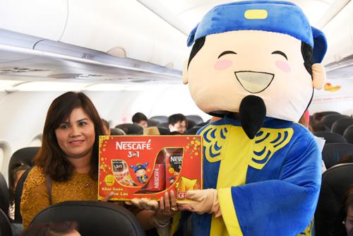Đông Nhi tặng quà Tết siêu độc đáo trên chuyến bay đầu năm - 5