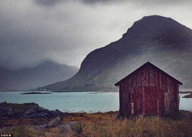 Hình ảnh những ngôi nhà bỏ hoang như thế này được chụp bởi nhiếp ảnh gia Britt M, trong 3 chuyến thăm tới vùng Nordland và Troms vào năm 2016.