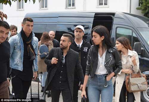 Ronaldo đưa bồ vào khách sạn, bị chê kém Messi - 2